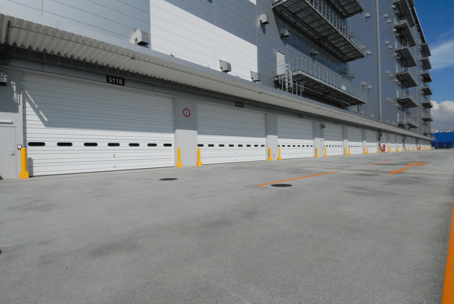 大型物流施設の車両の出入口に最適なオーバードアー