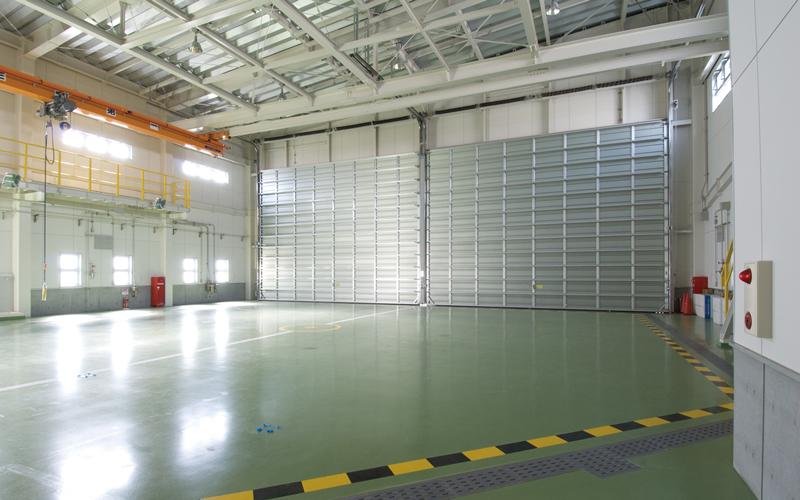 ヘリコプター格納庫の大開口部には大型可動柱とオーバードアーの組合せ