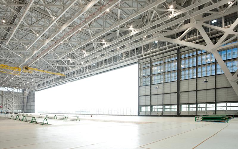 大型旅客機の整備場のワイド開口を実現した大扉
